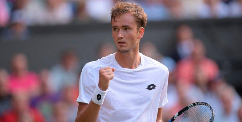 Daniil-Medvedev-Stan-Wawrinka-Wimbledon.jpg